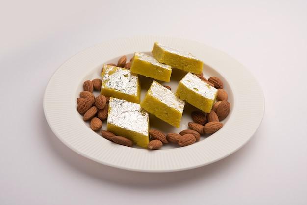 インドのスイーツフードバダムカトリまたはバルフィアーモンドスウィートバーフィまたはミタイ、バーフィーとしても知られています