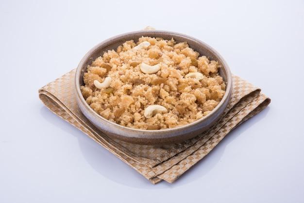 Индийская сладкая еда халва, шира, шира лапси, пудинг, паясам или понгал, подаваемые в миске