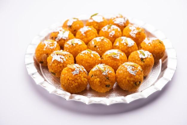 Индийский сладкий мотихур ладду или бунди ладду из грамма муки, очень маленькие шарики или бунди, которые обжариваются во фритюре и пропитываются сахарным сиропом перед тем, как сделать шарики.