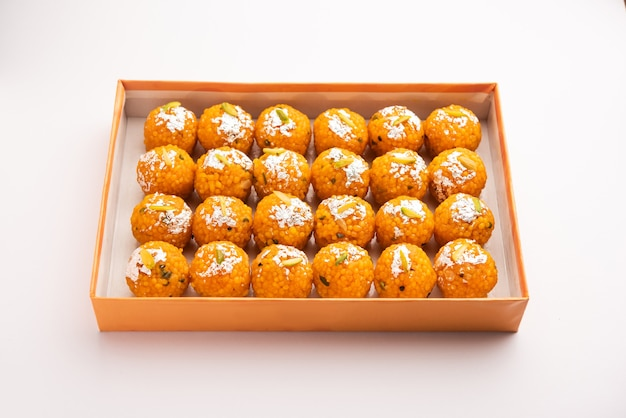 Индийский сладкий мотихур ладду или бунди ладду из граммовой муки, очень маленькие шарики или бунди, которые обжариваются во фритюре и пропитываются сахарным сиропом перед тем, как сделать шарики