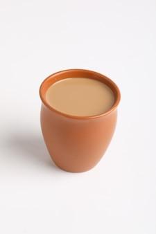 インド茶。白い背景の上の有名なリフレッシュメントティー。