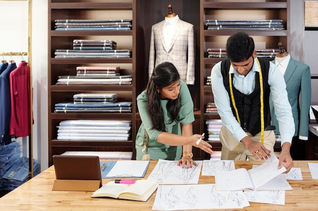 새로운 컬렉션에 대한 아이디어를 논의하는 인도 패션 디자이너 팀
