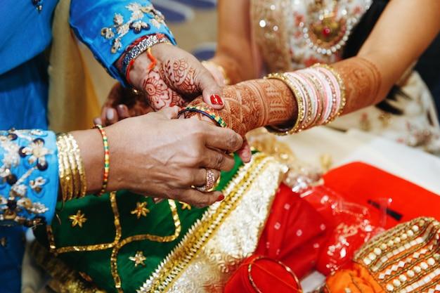 結婚式の腕輪を置くことのインドの伝統