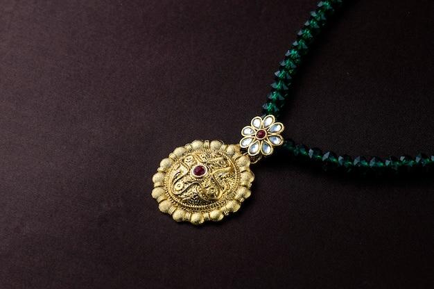 インドの伝統的なジュエリー、ペンダントのクローズアップ
