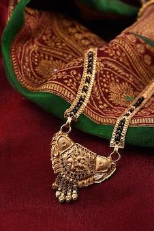 柔らかい布にインドの伝統的なジュエリー
