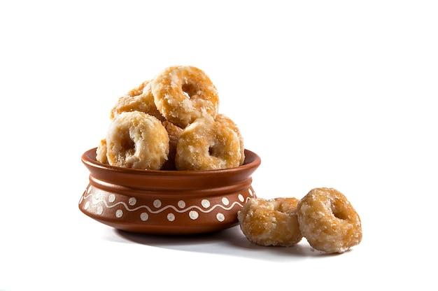 白のインドの伝統的な甘い食べ物バルシャヒ