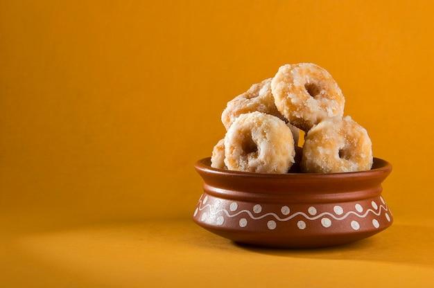 黄色のインドの伝統的な甘い食べ物バルシャヒ