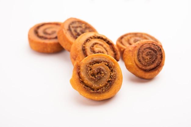インドの伝統的なおいしいスナックbhakarwadibakarwadi、bakarvadi、bhakarvadiまたはbakarwadiとしても知られています。プレートまたはボウルでお召し上がりいただけます。セレクティブフォーカス