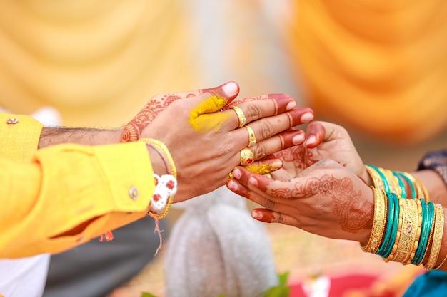 インドの伝統的な結婚式:新郎の手ハルディ式