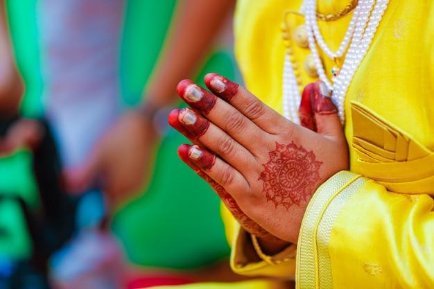インドの伝統的な結婚式の新郎の手