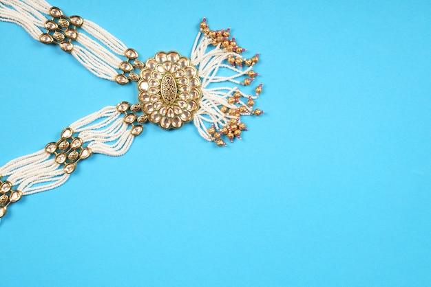 ゴールドネックレスとインドの伝統的な白いダイヤモンド