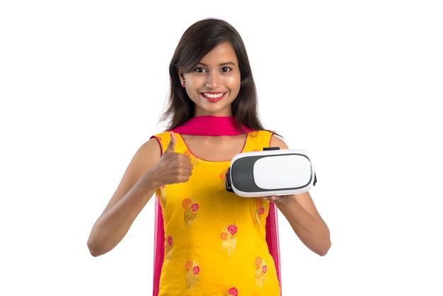 인도 전통 어린 소녀 보유 및 vr 장치 표시
