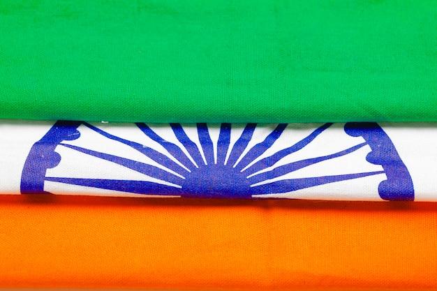 Индийский трехцветный флаг на белом фоне