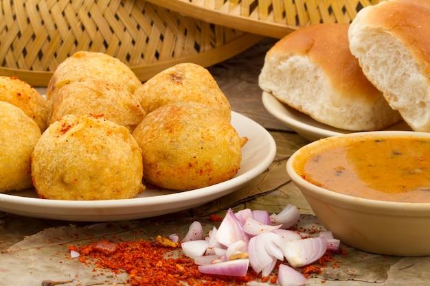 インドのvada pav food