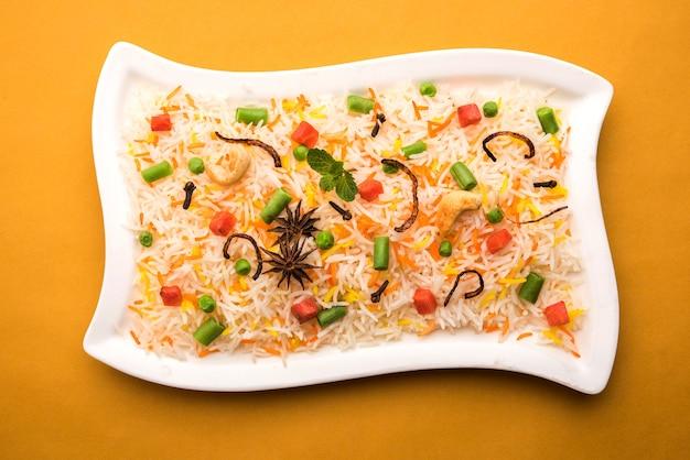 印度蔬菜割草机或使用Basmati Rice制造的Biryani,在赤土陶器碗服务。选择性焦点