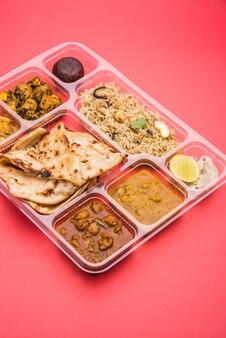 Индийские вегетарианские тхали или блюдо с едой для посылки или для доставки на дом