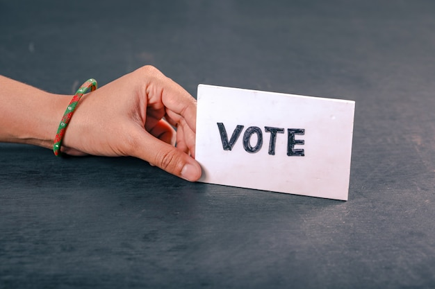 Индийская рука избирателя со знаком голосования после подачи голоса на выборах