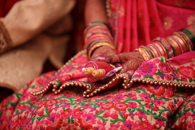 Индийская свадебная церемония: браслет в свадебной руке с дизайном механди