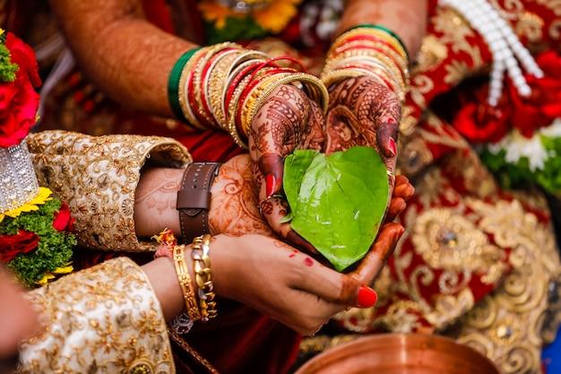 インドの結婚式の写真、新郎と新婦の手