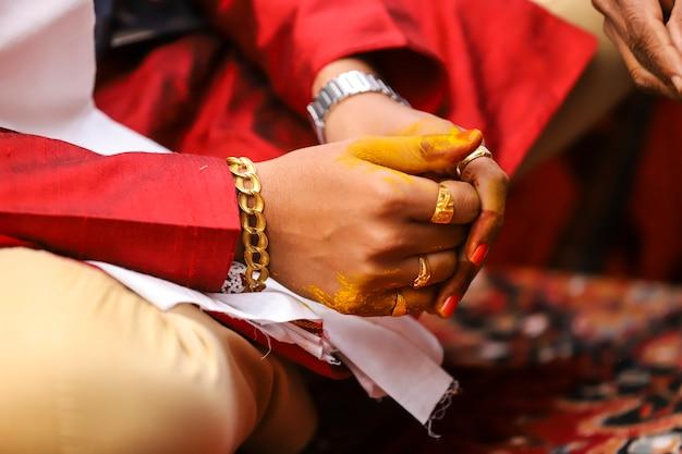 インドの結婚式の写真、ハルディ式新郎の手