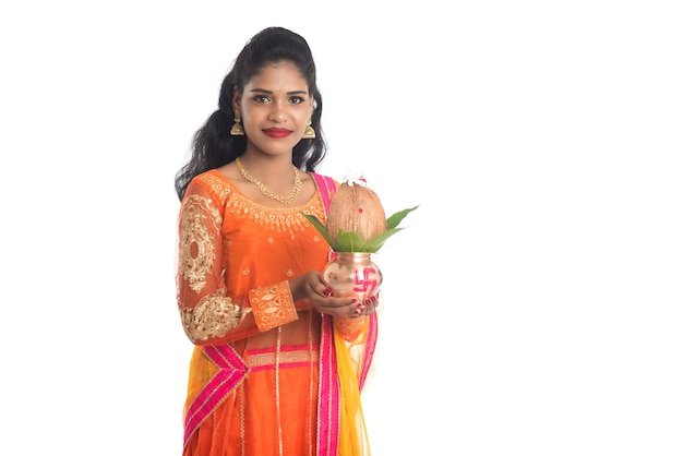 Индийская женщина держит традиционный медный калаш, индийский фестиваль, медный калаш с кокосом и листом манго