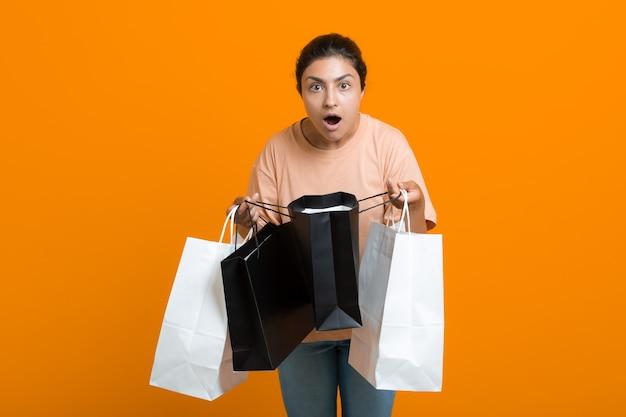 인도 여성은 손에 쇼핑백을 들고 있습니다. 판매 및 블랙 프라이데이 개념입니다.