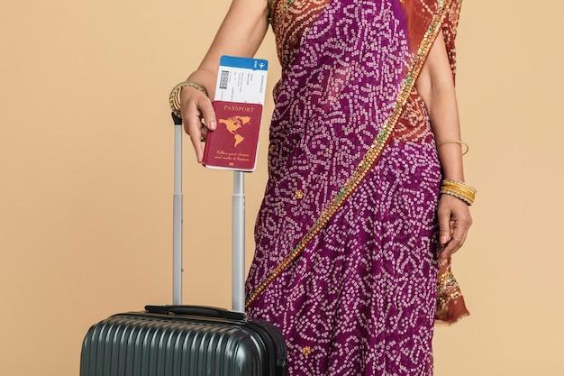 搭乗の準備ができているサリーのインドの女性