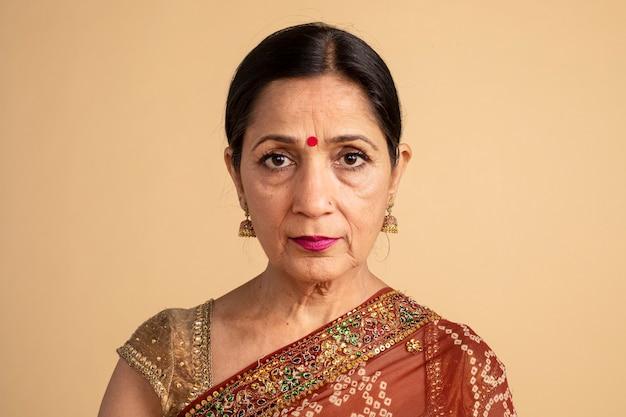 伝統的なサリーのインドの女性