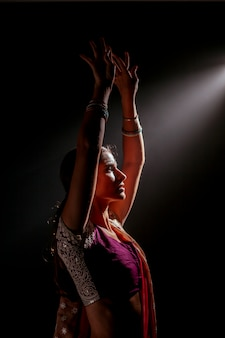 暗い背景のインドの女性