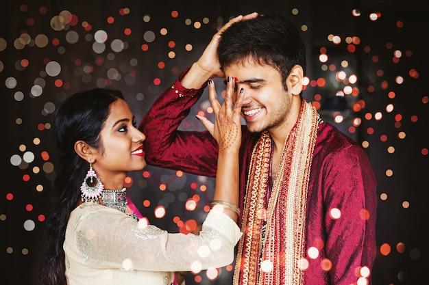 인도 여성이 오빠에게 축복을 주고 있다