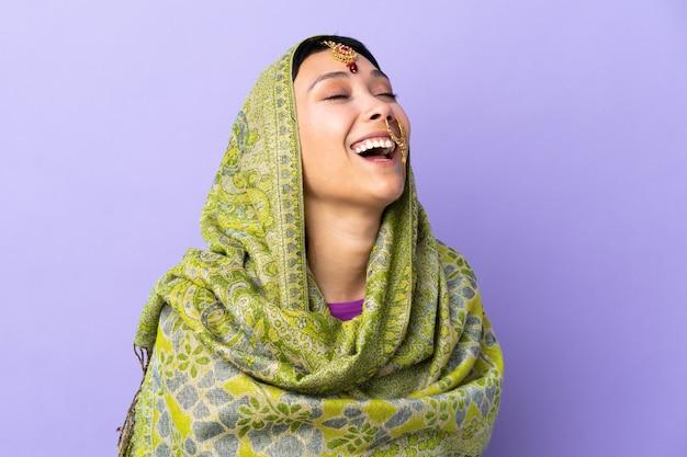 紫色の笑いに分離されたインドの女性