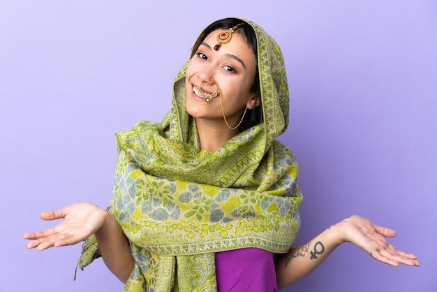 幸せと笑顔の紫色の空間に分離されたインドの女性