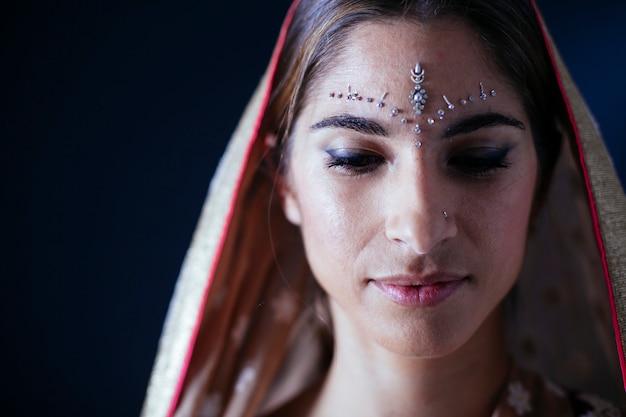 下へ見ているインドの女性