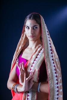 祈るインドの女性