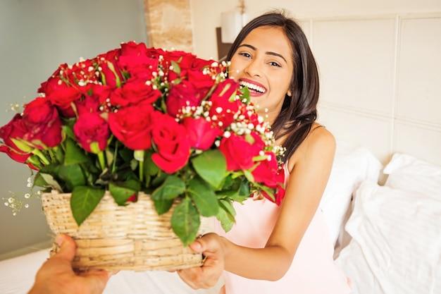 꽃 배달을 받는 인도 여성