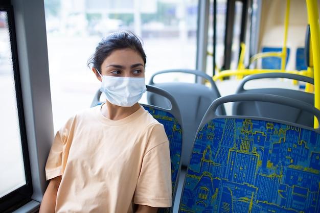 인도 여성은 대중 교통 버스나 트램을 타고 있습니다.