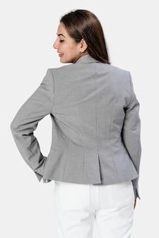 灰色のブレザーを着ているインドの女性