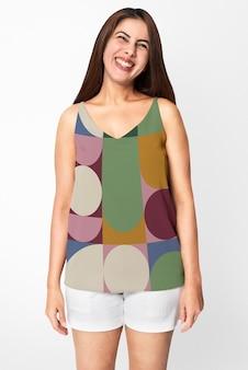 幾何学模様のタンクトップを着ているインドの女性