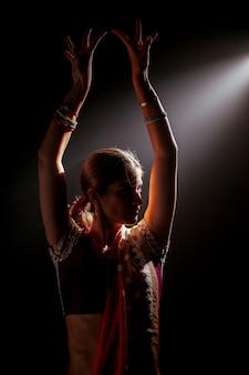 空気中の腕を持つインドの女性