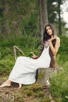 Индийская женщина с длинными волосами. дама в голубом платье. девушка с нетронутой природой.