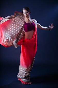 空気中のサリーとインドの女性
