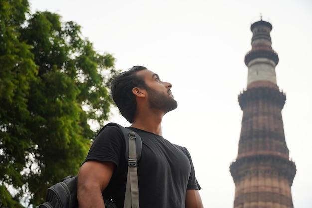인도 이미지에서 역사적인 궁전 qutub minar 여행에서 인도 젊은 잘 생긴 남자