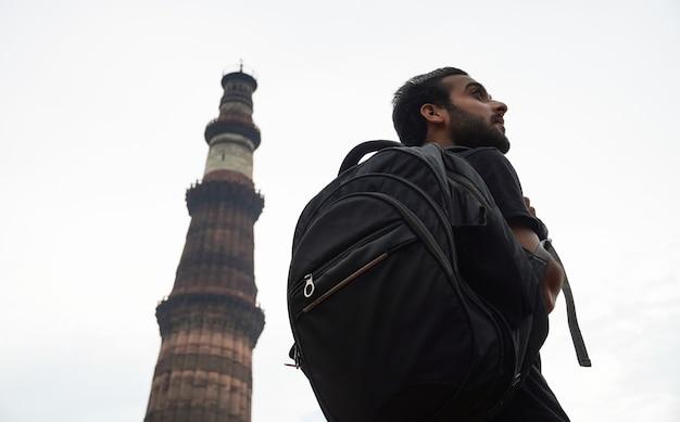 역사적인 궁전에서 인도 젊은 잘생긴 남자
