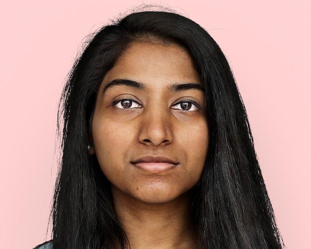 インドの若い女性、顔の肖像画をクローズアップ