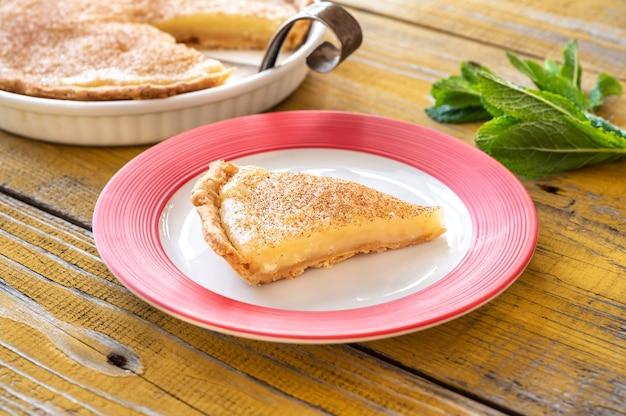 木製のテーブルの上のインディアナシュガークリームパイ