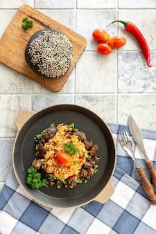 토착 가나, 아프리카-카리비아 음식 jollof rice와 토마토 소스, 지역 향신료, 닭고기 및 내장.