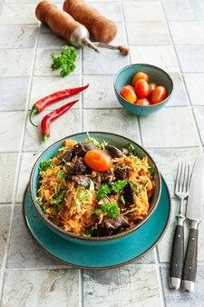 토착 가나, 아프리카-카리비아 음식 졸로프 라이스, 토마토 소스, 지역 향신료, 닭고기 및 내장.
