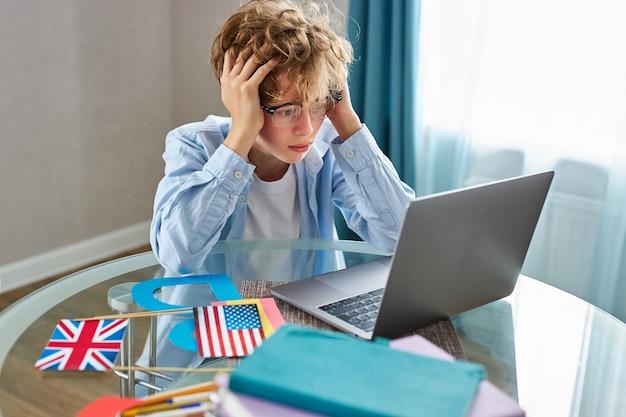 분개 피곤한 소년 숙제하는 방법을 이해하지 못합니다