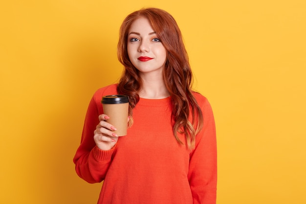 落ち着いた表情の憤慨している女性、コーヒーブレイク、紙コップを持っている、