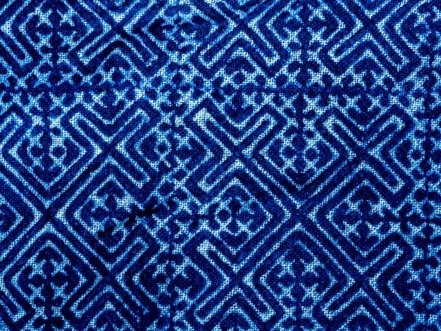 인디고 블루 패브릭 넥타이 염료 패턴 배경. 추상적 인 민족 그래픽 모티브 패턴으로 인디고 염색 패브릭 질감.